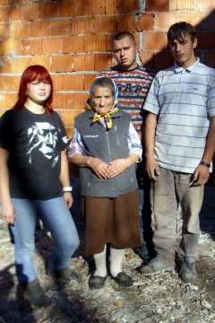 Troje dece i baka uselili se u novi dom u Ovčinji