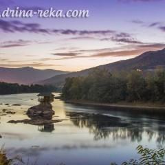 Vade šljunak i mute reku dok svet snima kućicu na Drini